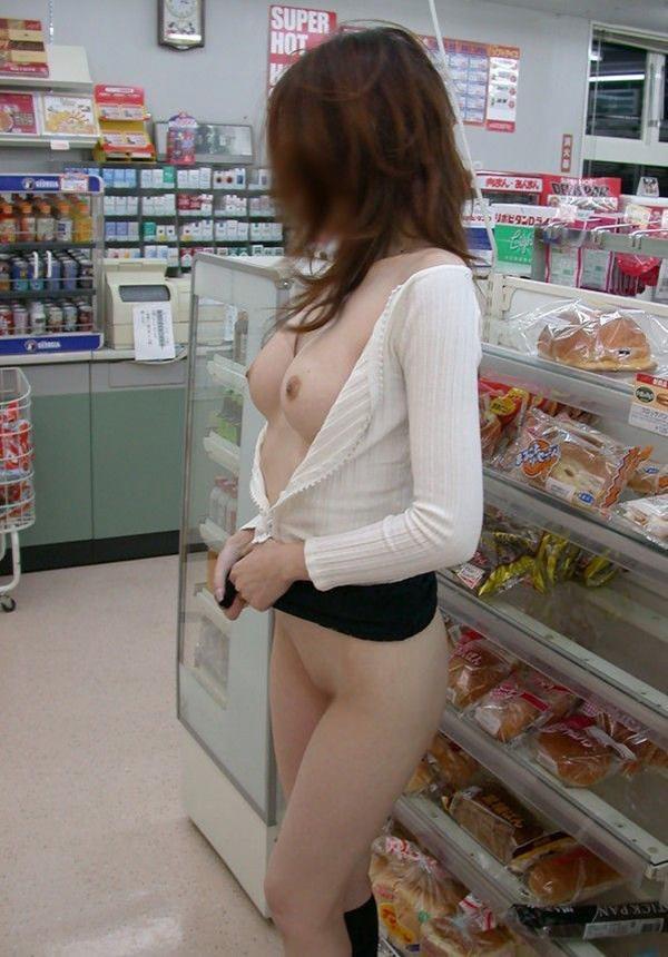 コンビニで色白巨乳を露出する変態女!
