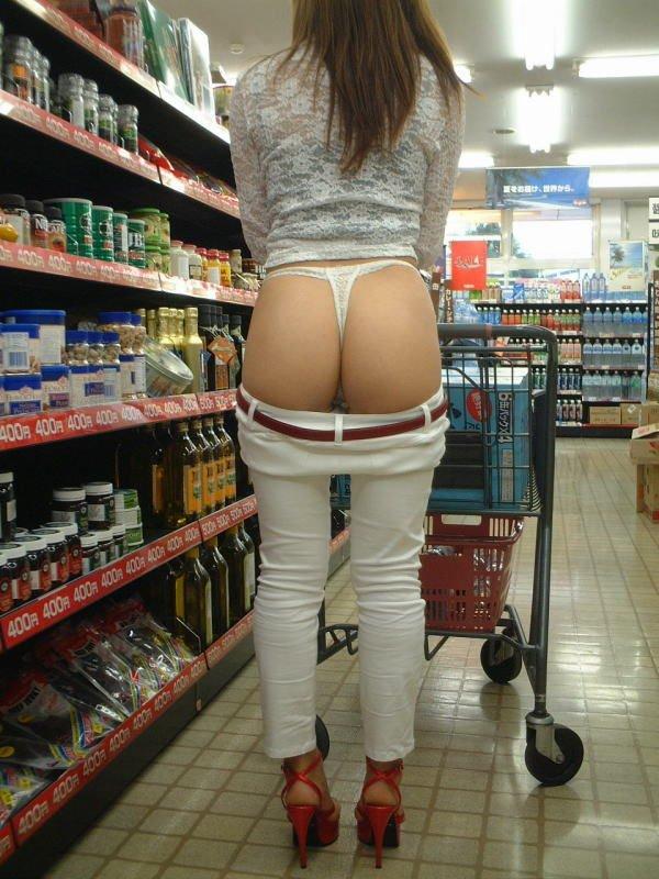 スーパー店内でTバック生尻を露出する変態美女!