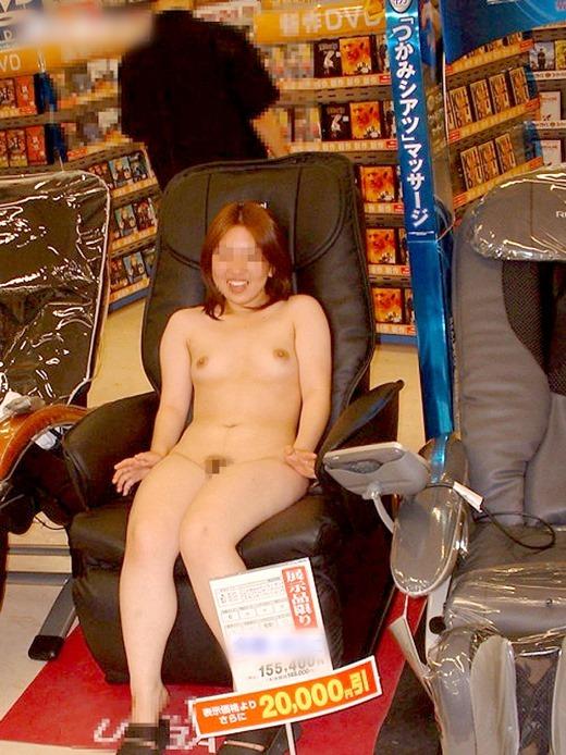 全裸でマッサージチェアを利用してる露出狂の変態女!