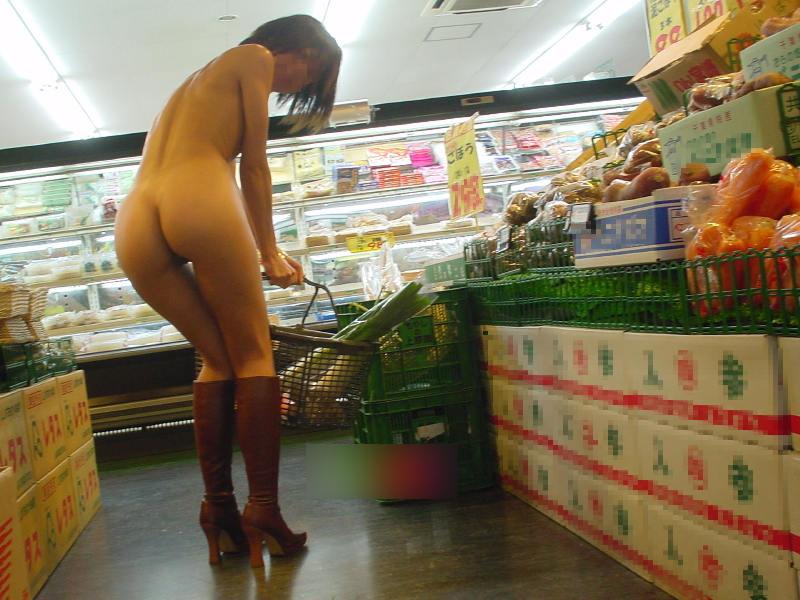 スーパーで全裸になって買い物をしてる変態女!