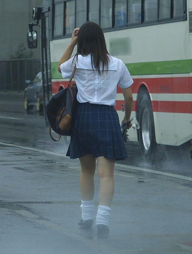 雨でブラウスがびしょ濡れで透けブラJK!