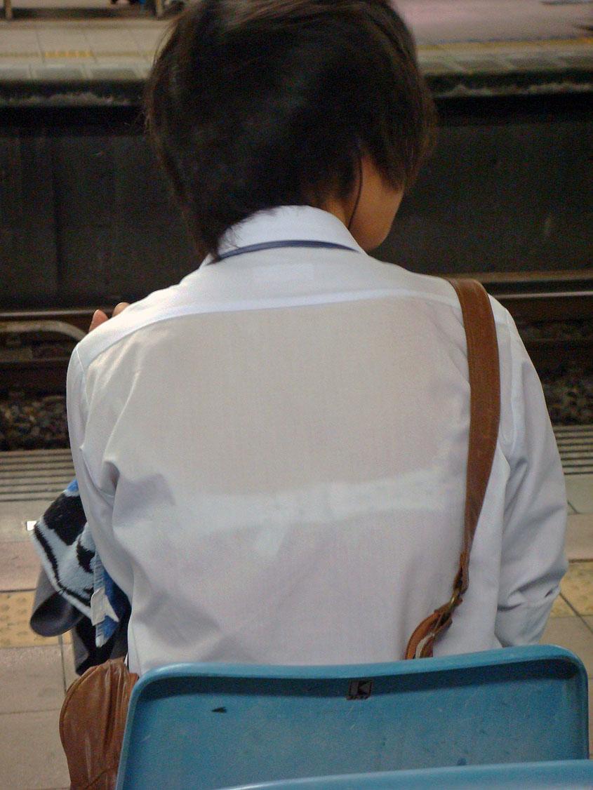 駅ホームで女子校生の透けブラを隠し撮り!
