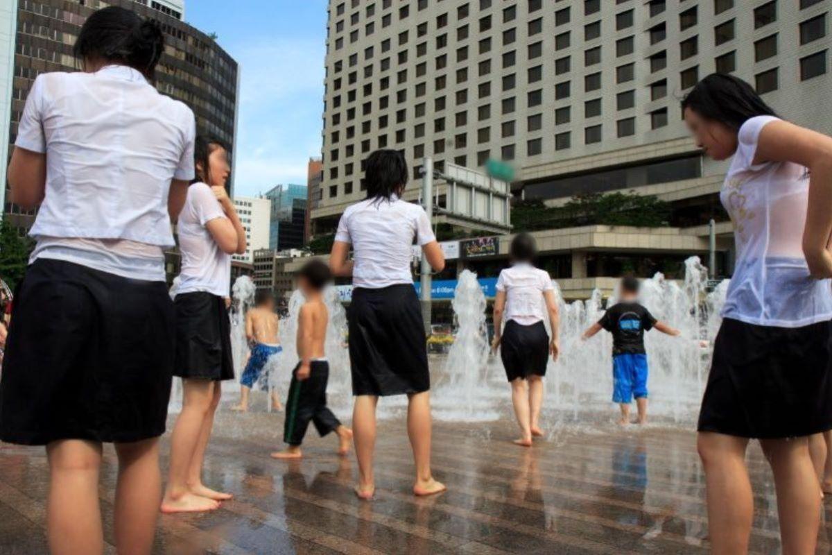 噴水広場でJK達がびしょ濡れになって透けブラ!