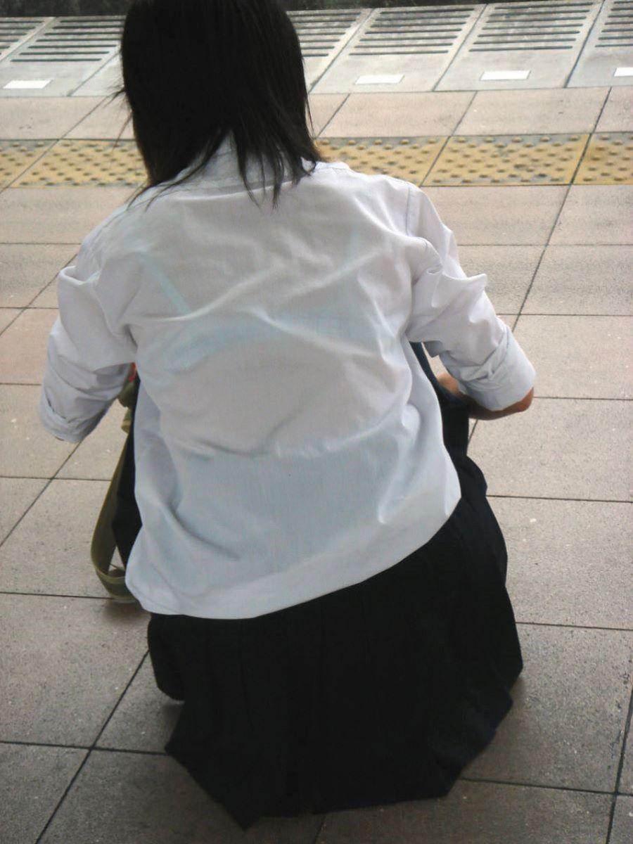 女子校生の水色ブラジャーが完全に透けてる!