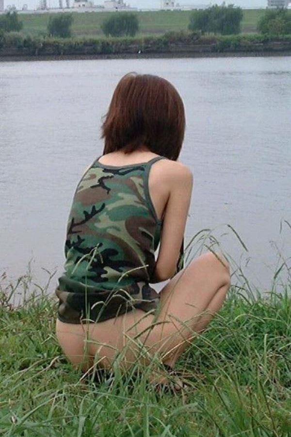 河川敷の草むらで野外オシッコしてる女性!