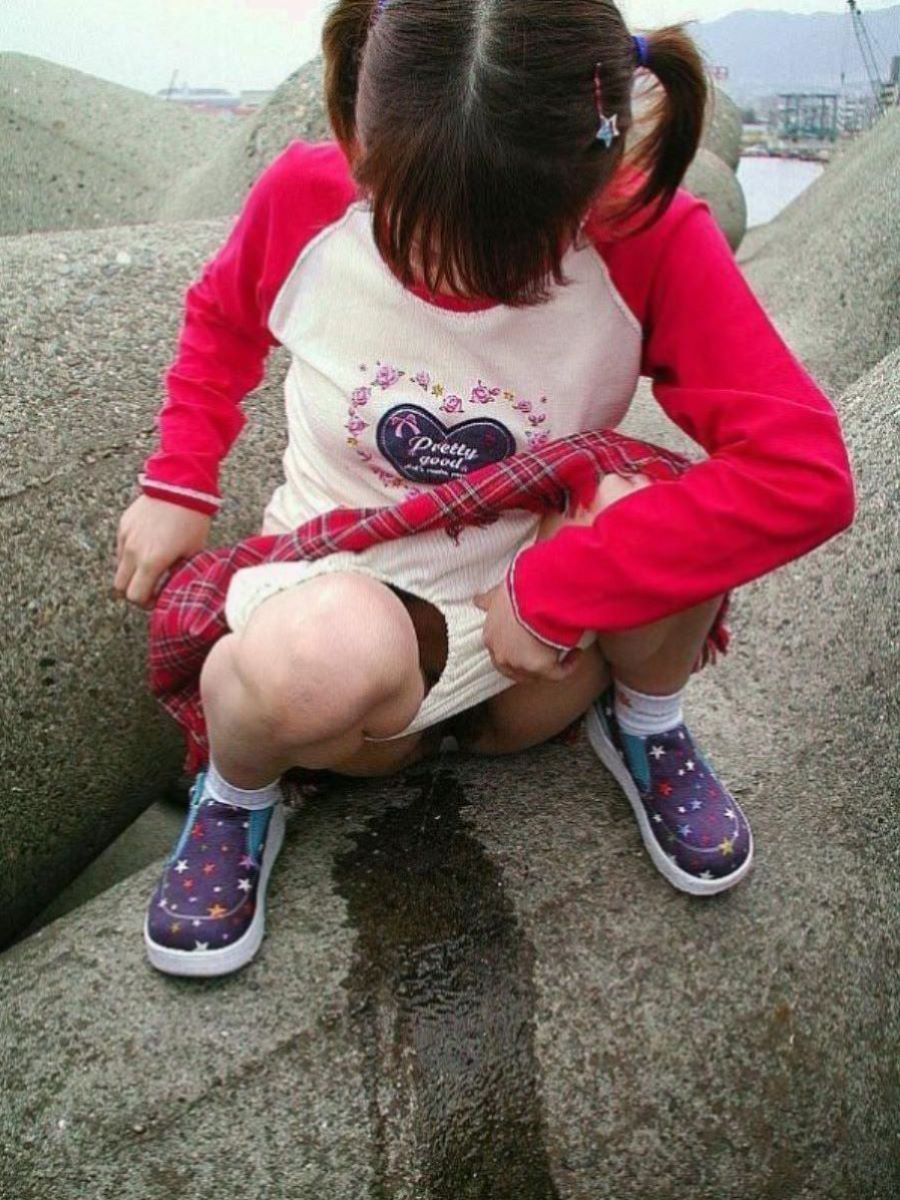 可愛い美少女が野外で勢いよく放尿してる!