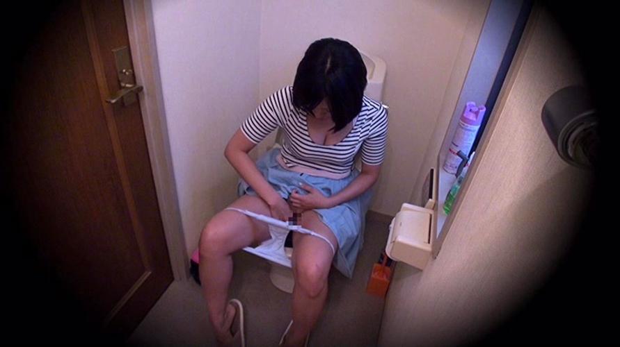 巨乳女性がトイレで膣内を弄り快楽に堕ちる!