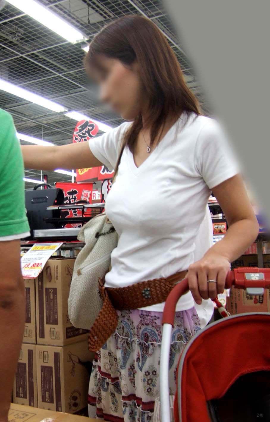 白Tシャツがパンパンの子連れ人妻の着衣巨乳!