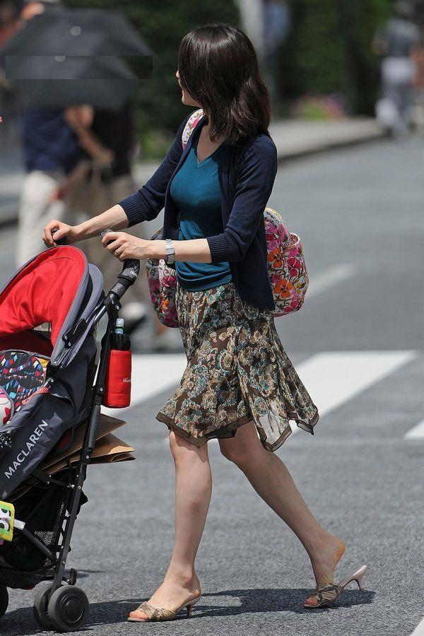街で見かけた人妻の着衣巨乳がスケベすぎる!