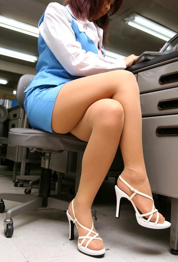 タイトスカートと美脚とヒールがそそる!