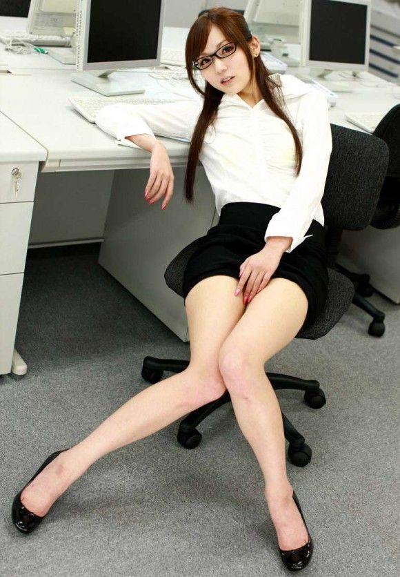 セクシー美脚がエロい眼鏡美女OLさん!