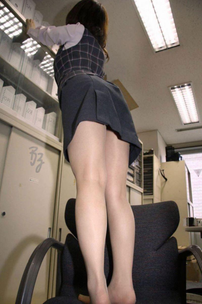 ローアングルから見るパンスト美脚がエロい!