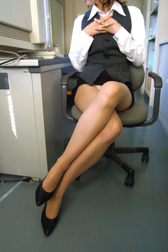 職場で足を組むOLの美脚に注目してしまう!