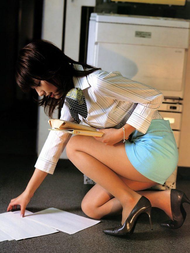 横から見てもスッキリ美脚のOLお姉さん!