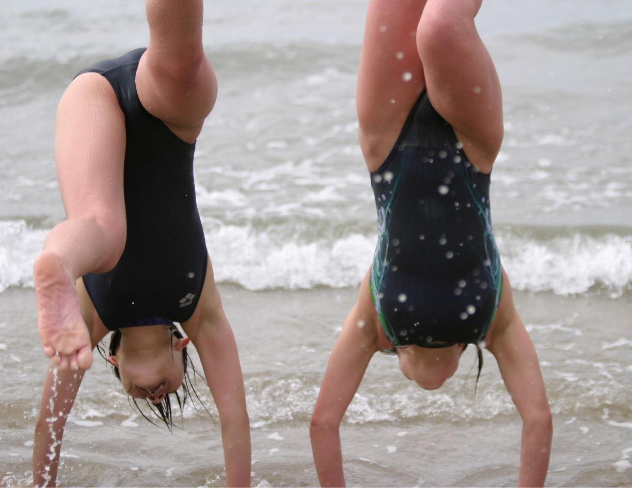 ビーチで逆立ちしたスク水少女の股間に注目!