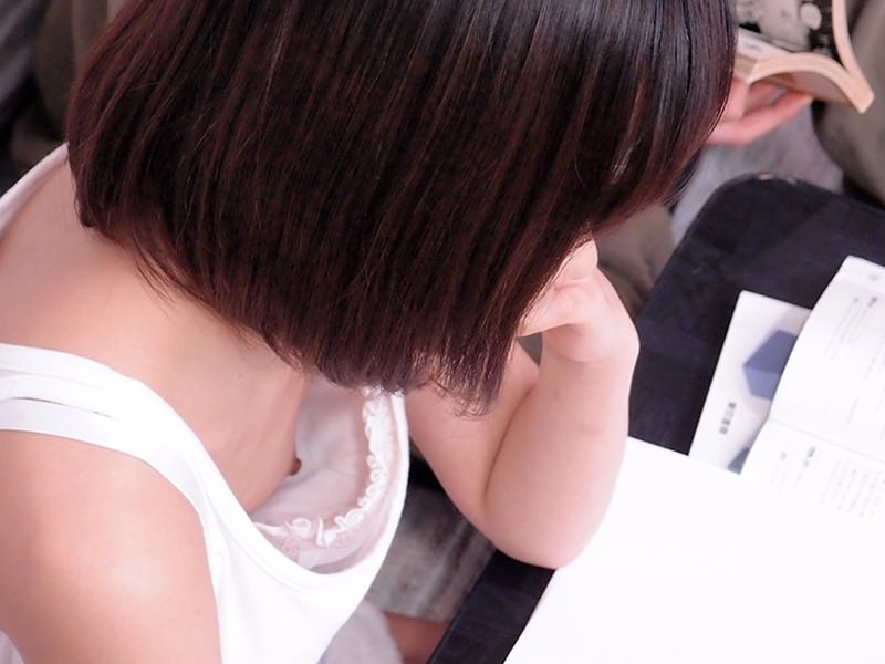 勉強中の女子大生の乳首を隠し撮り!