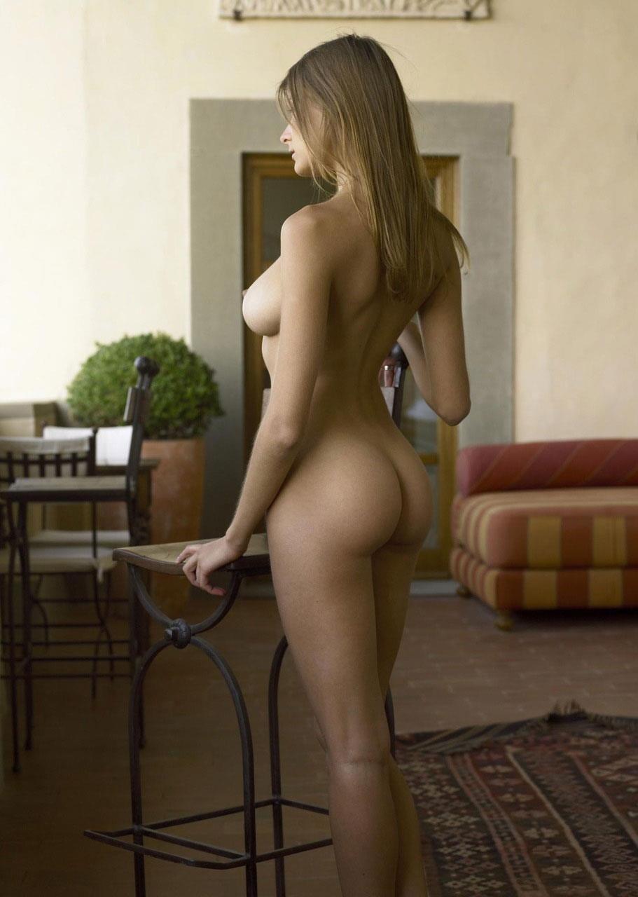 金髪美女の全裸ヌードのお尻がエロい!