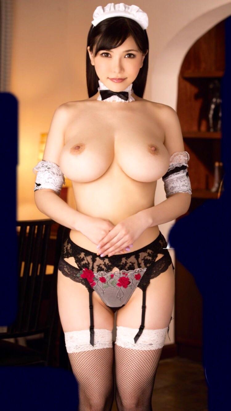 形や大きさが完璧すぎる巨乳のメイドさん!
