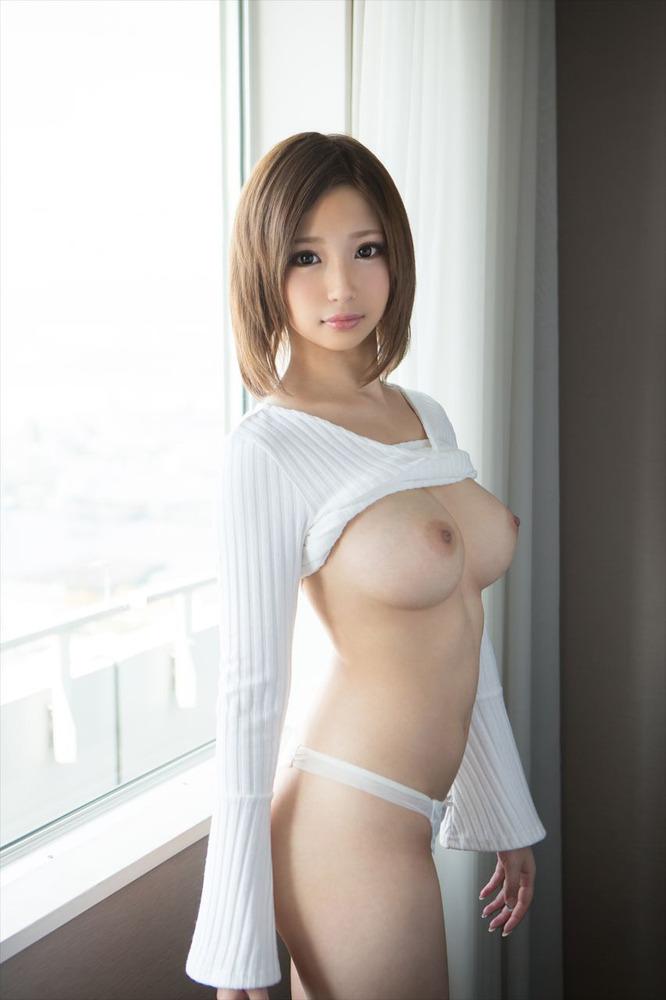 スタイル抜群の美女の色白巨乳に釘付け!