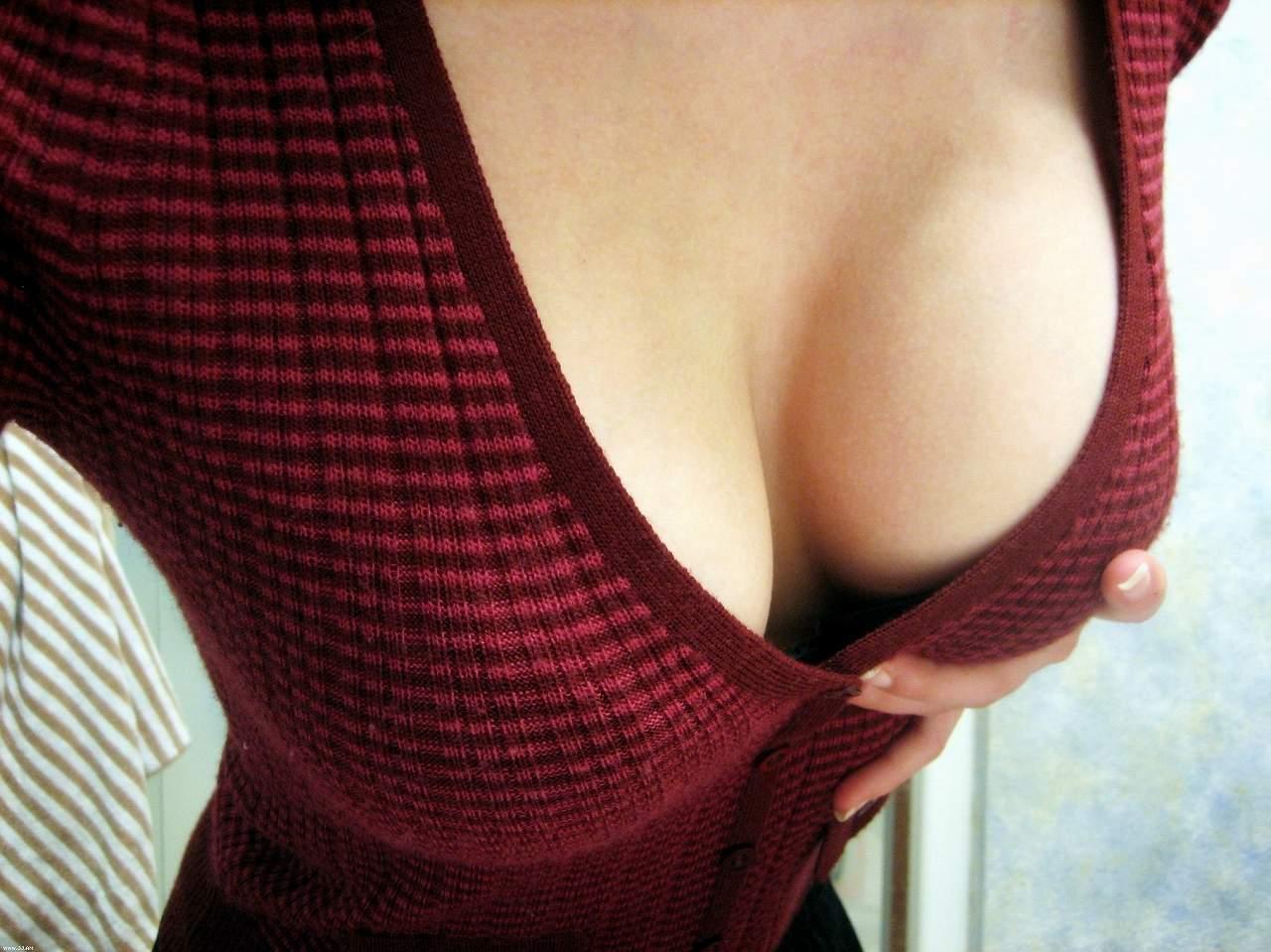 迫力ある着衣巨乳を接写で見る!