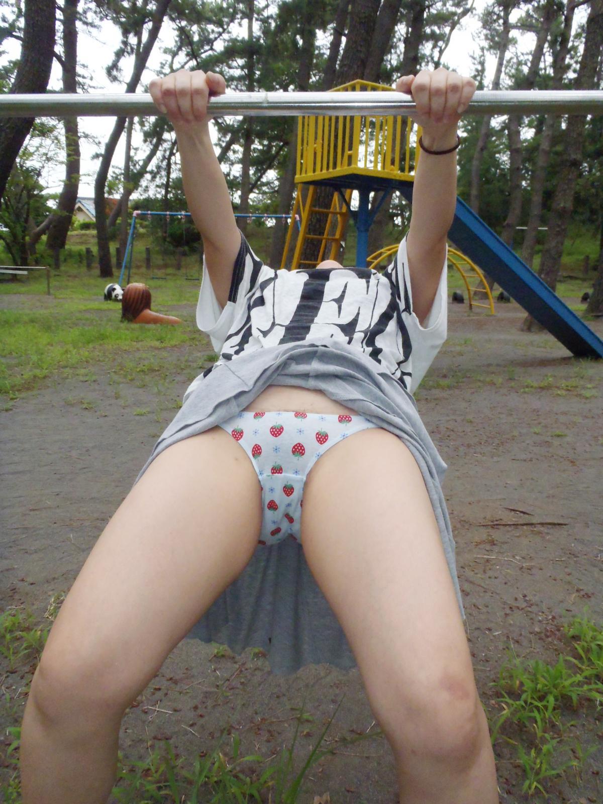 公園でイチゴの可愛いパンツを晒してる!