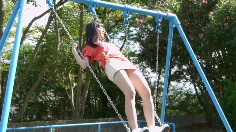 公園ブランコで立ち漕ぎパンチラを盗撮!