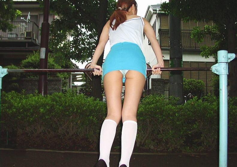 ミニスカ女子が鉄棒で純白パンツ丸出し!