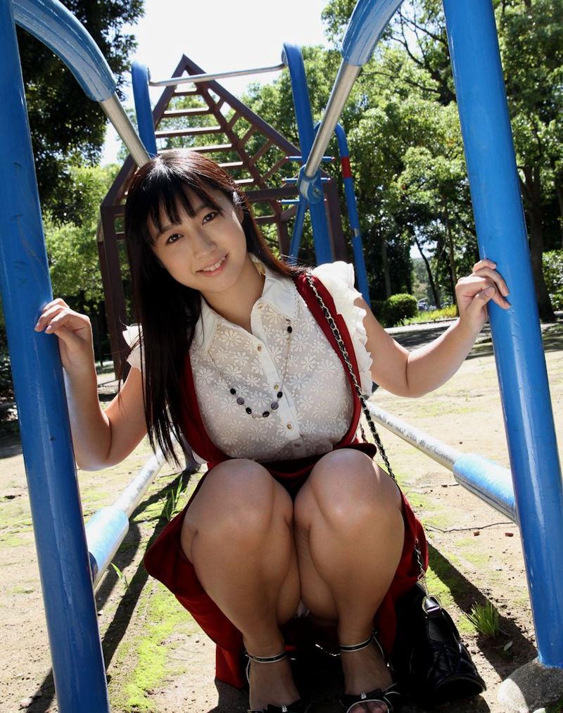 公園で綺麗なお姉さんのパンチラ盗撮!
