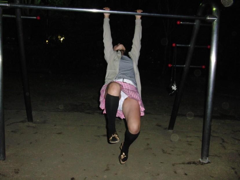 夜中に公園で鉄棒して逆上がりパンチラ!