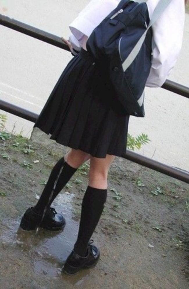 学校帰りに立ちションでお漏らしする女子校生!