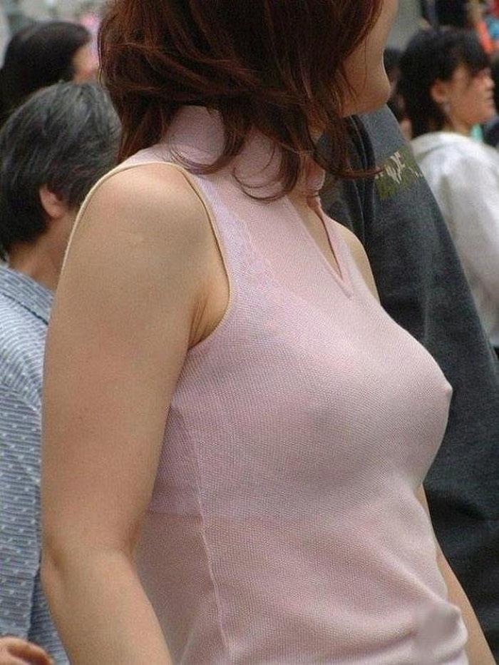 街中で見かけた乳首が透けてる女性!
