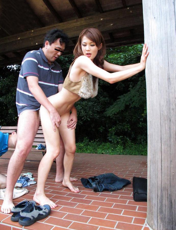 スレンダー美脚のお姉さんが公園で立ちバック!