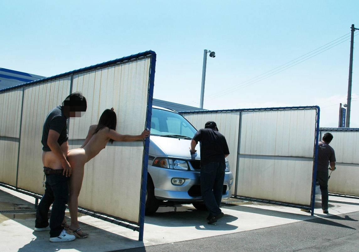車場のパーティションに隠れて全裸女性と野外SEX!