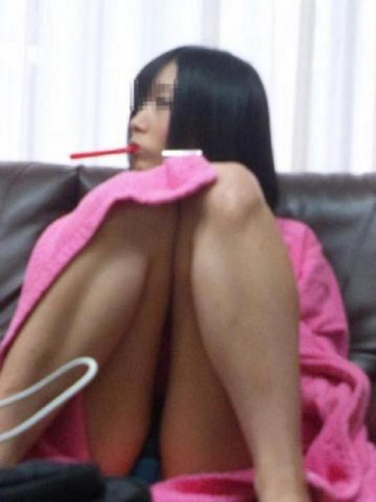 ソファーに座りM字開脚でパンツを晒してる!