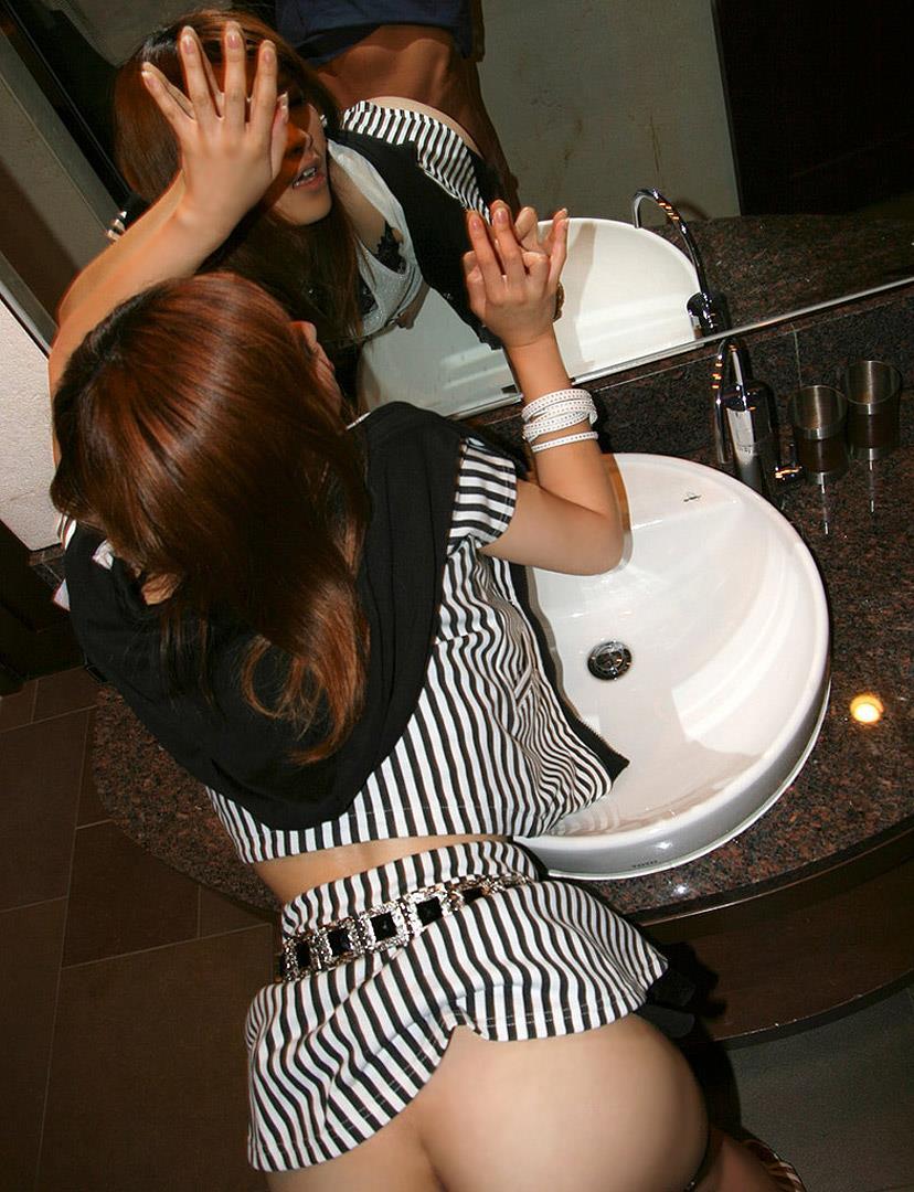 洗面所で美尻ギャルと着衣のまま濃厚SEX!