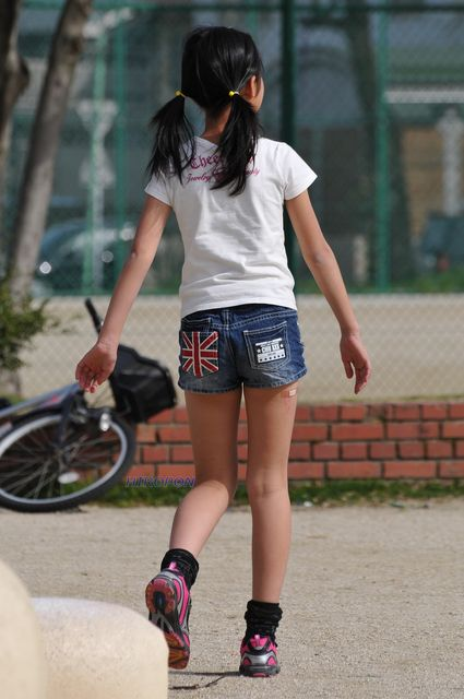 ツインテール少女の生足に見惚れる!