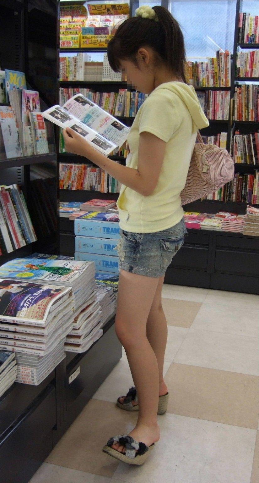 立ち読みしてる少女の生足がエロ過ぎてヤバイ!