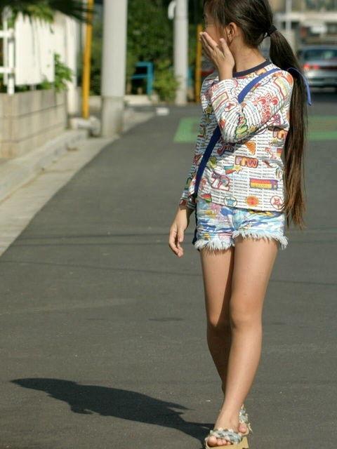 ロリ少女の美脚がエロくて思わずガン見してしまう!