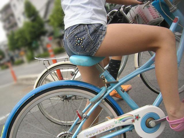 自転車に乗ってるJSの生足がクッソエロい!