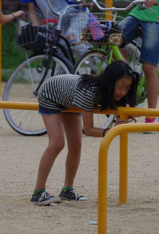 公園で遊んでる生足むき出しの少女を盗撮!