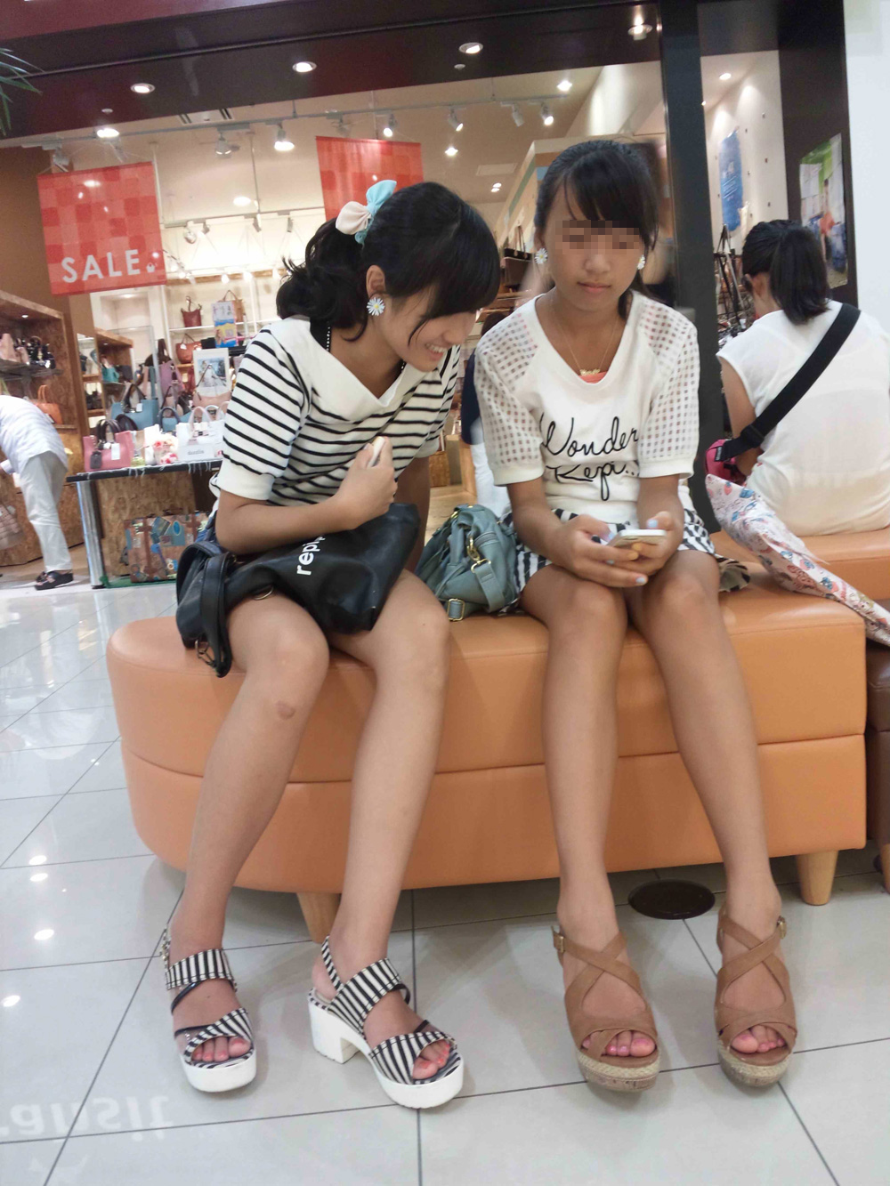 ショッピングモールでJS達の生足を隠し撮り!