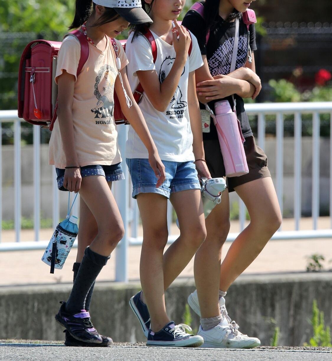 通学途中のJSたちの生足美脚を盗撮してる!