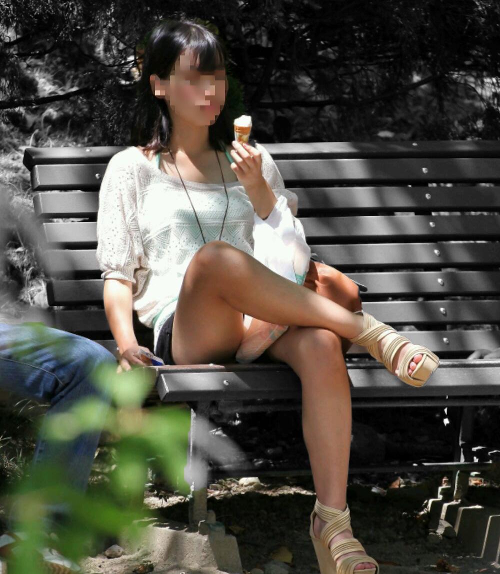 アイスを食べてる美少女の美脚がエロい!