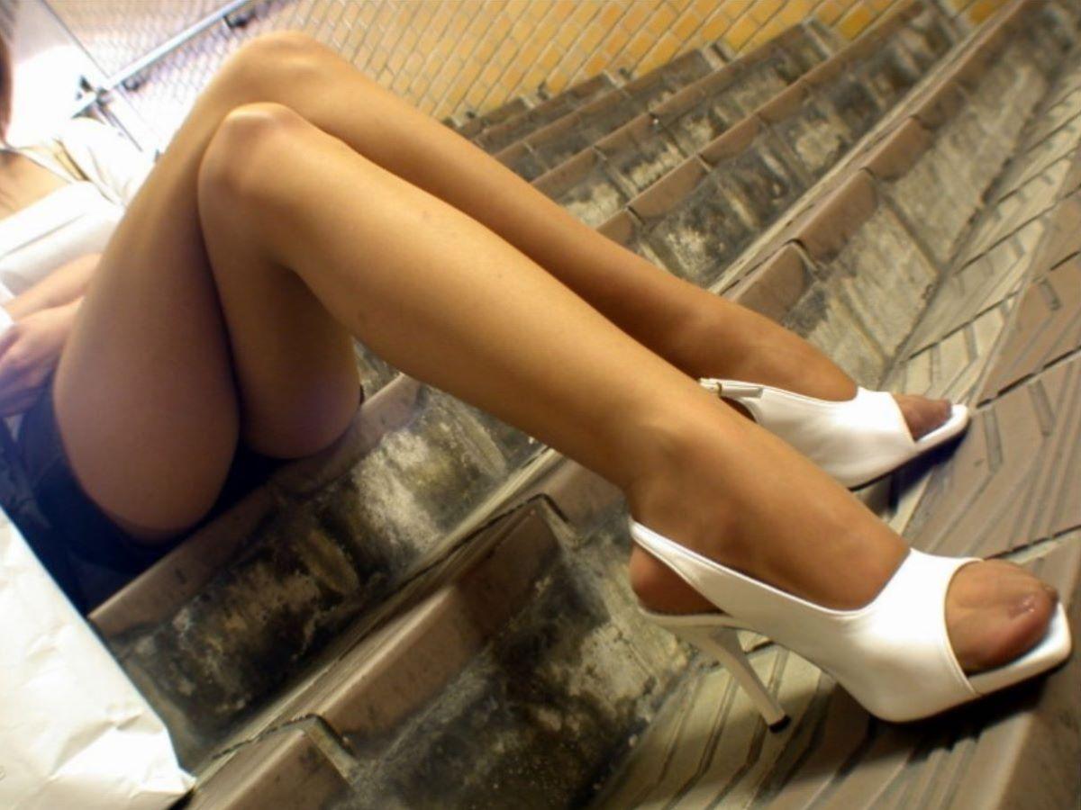 階段に座るお姉さんの美脚がセクシー!