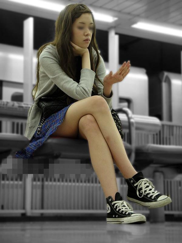 ミニスカ美人の細身美脚が素晴らしい!