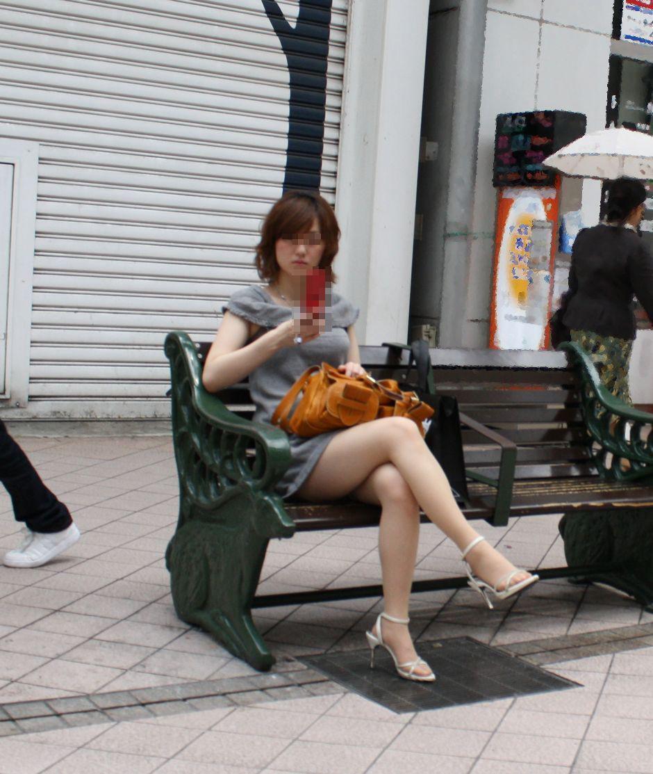 色白美脚のお姉さんがベンチで足組み!