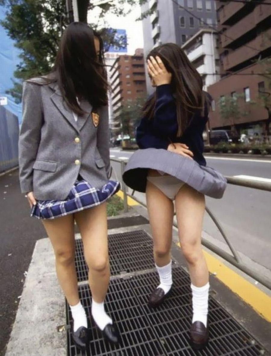 排水溝から吹き上げる強風で女子校生がパンチラ!