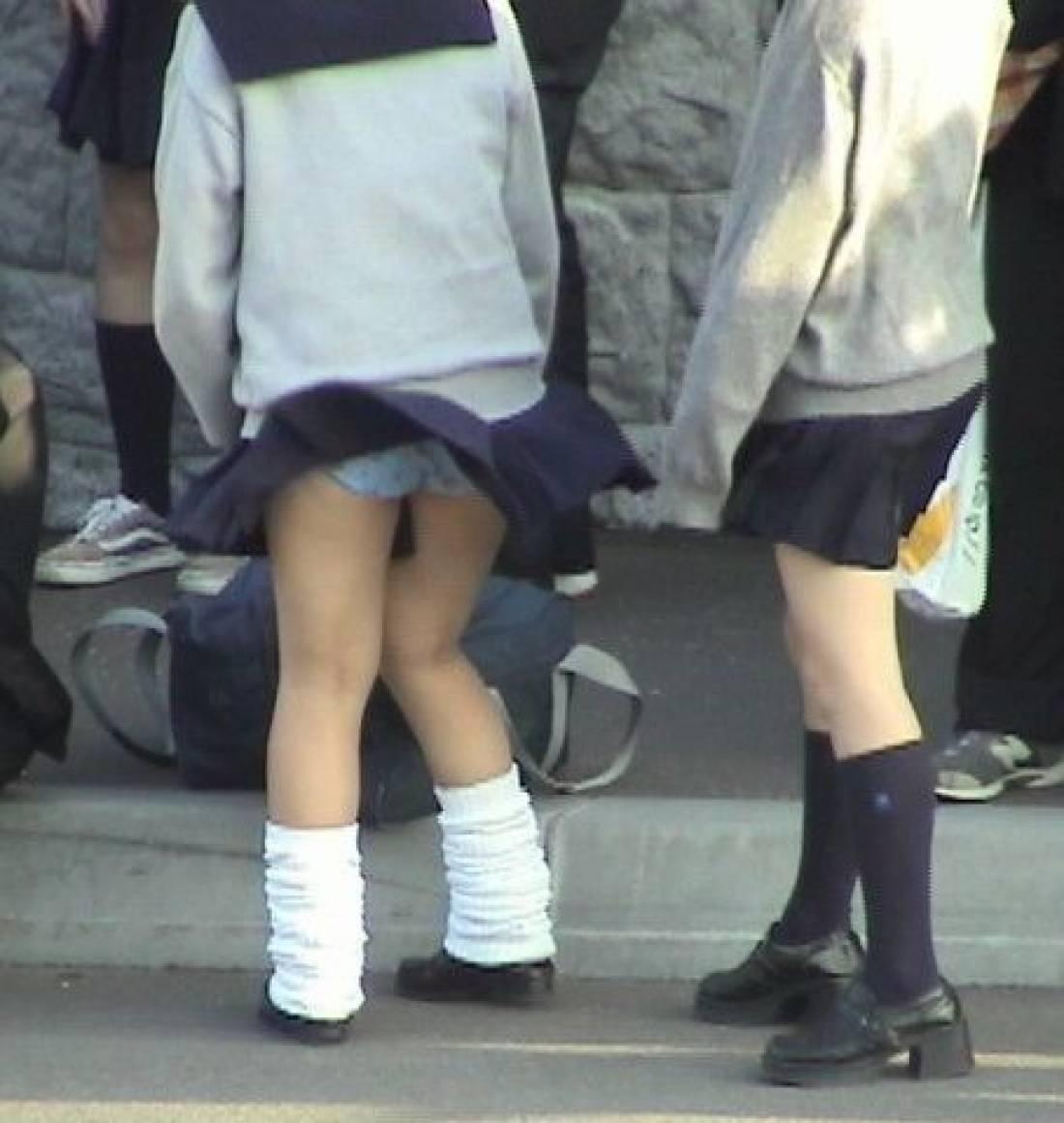 スカートを押さえる暇もなくパンチラしてるJK!