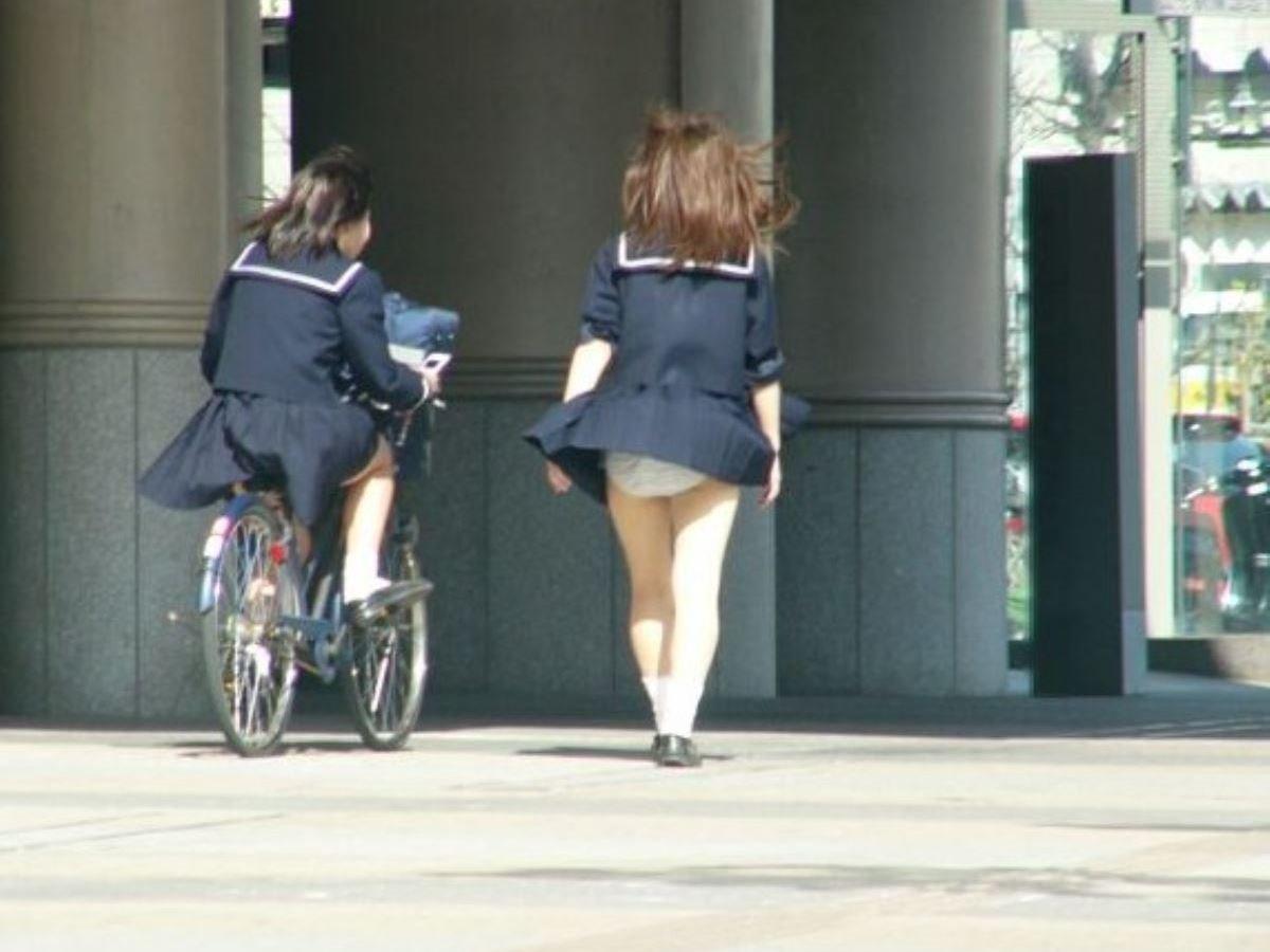 風のイタズラで、女子校生のパンツが拝めました!