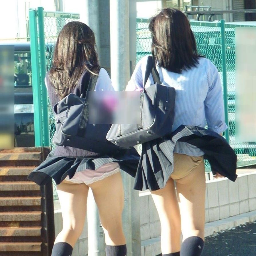JKたちのスカートが思いっきり捲れちゃう!